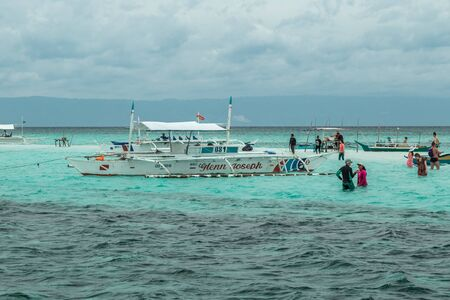 Tourists and boats in the azure sea on the small Virgin island of Panglao, Bohol, Philippines. August 2018 版權商用圖片 - 137283339
