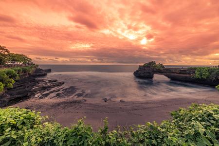Beautiful Sunset at rocky coast Pura Batu Bolong, Tanah Lot temple, Bali, Indonesia. 版權商用圖片