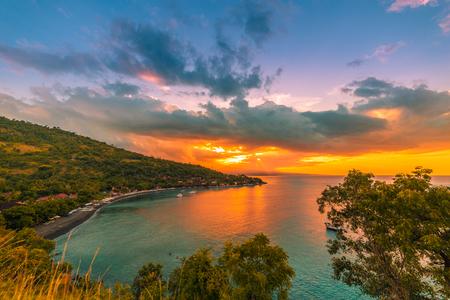 Colorful beautiful sunset in tropical Jemeluk bay on Amed, Bali, Indonesia 版權商用圖片