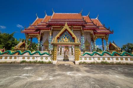 Buddhist temple Wat Kaew Manee Si Mahathat at sunny day in Phang Nga, Thailand 版權商用圖片