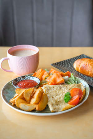 Breakfast omelet with salmon and baked potatoes and tomatoes. Archivio Fotografico