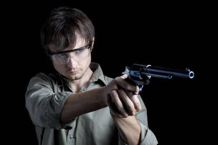 hombre disparando: Hombre rev�lver tiro usan gafas de seguridad Foto de archivo