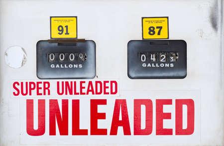 bomba de gasolina: El rostro de una bomba de gasolina de edad, con indicadores de volumen y precio.