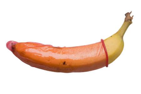 Banan en un condón rojo, aislado en un fondo blanco puro