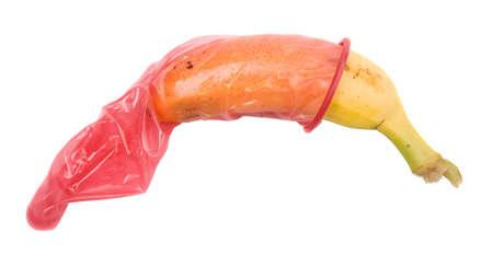 geschlechtsakt: Kleine Banane in ein Kondom, isoliert auf weiss