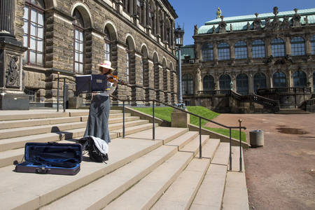 violinista: Violinist on the steps of the Dresden Art Gallery Editorial