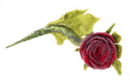 Brosche aus Filz Wolle auf einem weißen Hintergrund in Form der Rose Blume