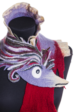 robo: Female stole with the image of a bird of felted wool on a mannequin