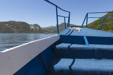 船の帆スカダー湖に沿って。モンテネグロ。