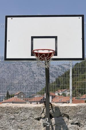 スポーツグラウンドでのバスケットボールの盾。