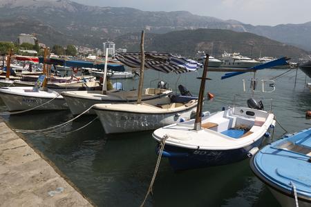 ボートは、モンテネグロのブドヴァ堤防に駐車場します。 報道画像