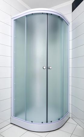 salle de bains avec une nouvelle cabine de douche