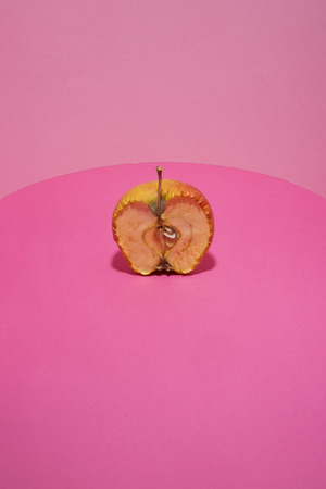 Old apple in a cut on a pink background Imagens - 91111703