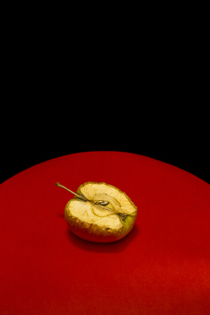 Old apple in a cut on a red-black background Imagens - 91257214