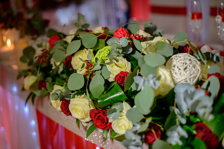 Decor of fresh flowers on the festive table Foto de archivo