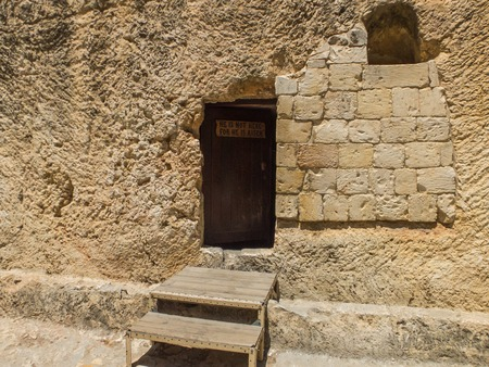 The Garden Tomb, entrance to the tomb cut into the rock. The Garden Tomb, site of pilgrimage, rock tomb outside the walls of the Old City of Jerusalem, Israel 스톡 콘텐츠