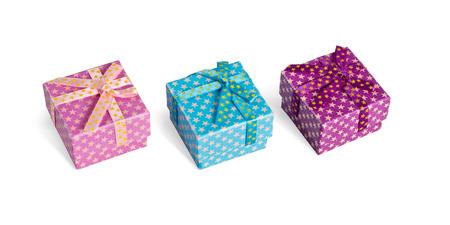 three gift boxes: Tres cajas de regalo con cintas aisladas sobre fondo blanco