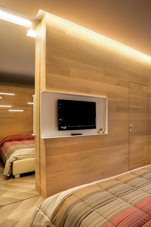 Holz-TV-Wand Mit Spiegel Und Tür Integriert Lizenzfreie ...