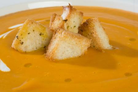 クリームとクルトンの野菜スープ、クローズアップ 写真素材