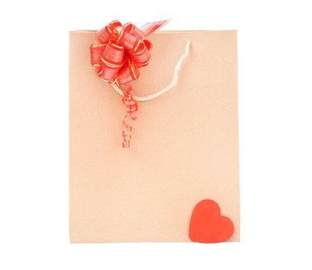 纸板包隔离。一次性环保袋红色蝴蝶结和红色的心在白色的背景