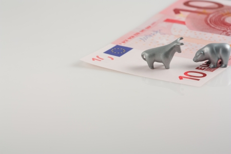The photo shows the ten euros and metal figures of bull and bear