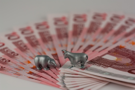 The photo shows the metal figures of the bull and bear on the euros