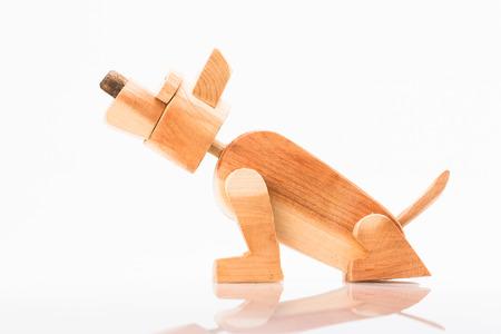 Op de foto ziet u een oude speelgoed houten hond te zien. Stockfoto