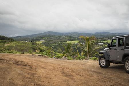 Honolua, Maui, Hawaii / USA: February 17 2018: A Jeep Wrangler parked in Honolua Bay placed at the north of Maui 新聞圖片