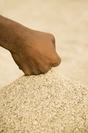 puños cerrados: La desertificación en el Sahel - African hombre con un poco de arena en la mano Foto de archivo