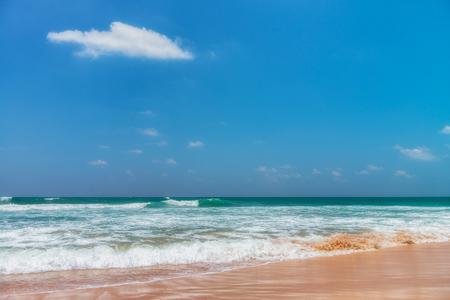 Sluneční pobřeží v blízkosti Koggala - Srí Lanka Tato oblast známá pro své odlišné chůdovitou rybářů, kteří postavit jednu tyč do hrudi-hluboké vodě na pláži, jen pár metrů off-shore. Splittoned, živý obraz. Reklamní fotografie