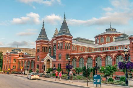 administrativo: WASHINGTON DC, EE.UU.: El Smithsonian Castle alberga las oficinas administrativas del Smithsonian. El principal centro de visitantes también se encuentra aquí, con pantallas interactivas y mapas. Editorial