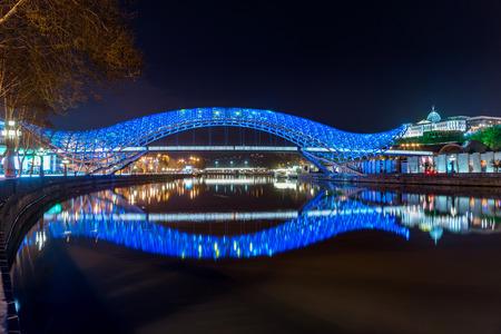leds: El puente de la paz es un puente peatonal en forma de arco, una construcción robada y de cristal iluminada con numerosos LED, sobre el río Kura en el centro de Tbilisi, capital de Georgia.