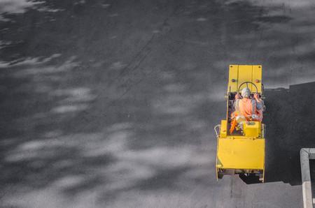 아스팔트 포장 도로의 무거운 진동 롤러가 작동합니다. 도로 수리 스톡 콘텐츠 - 88600116