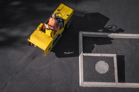 아스팔트 포장 도로의 무거운 진동 롤러가 작동합니다. 도로 수리