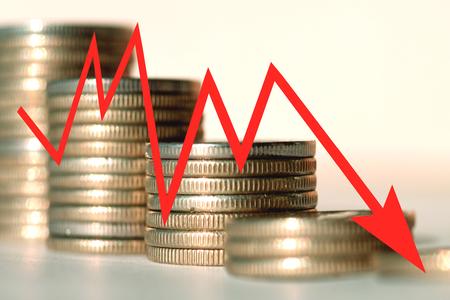L'icona della freccia rossa su uno sfondo di soldi. Il concetto di cambiamento dei prezzi sul mercato Archivio Fotografico - 62000161