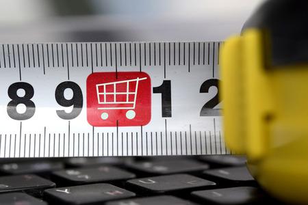 remuneraciÓn: De línea y silueta de las compras carros en el teclado. El concepto de compras en línea y Comercio. Foto de archivo