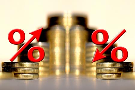 Het symbool van het percentage op de achtergrond van geld. Het begrip inkomen groei.
