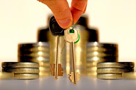 金の背景にアパートメントへの鍵。住宅ローンの融資の概念。