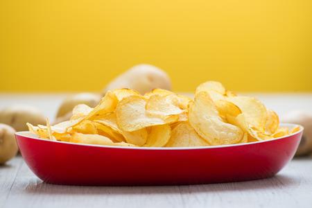 nuggets pollo: papas fritas en una cesta
