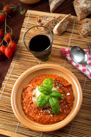 바질 잎 장식으로 고치기 냄비에 토마토 수프 제공