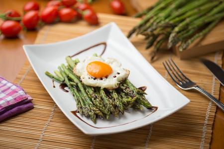달걀 증기와 함께 구운 아스파라거스 접시 스톡 콘텐츠