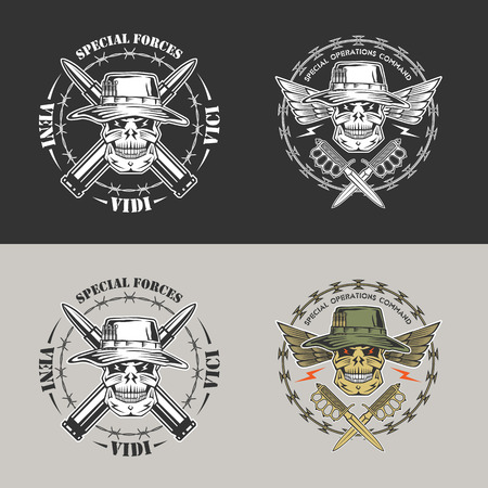 Militaire vector embleem met vleugels, schedels, Panama hoeden, prikkeldraad en dolken. Stock Illustratie
