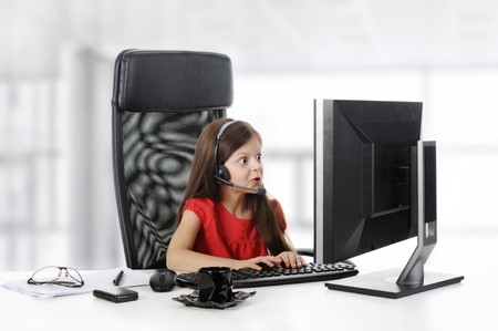 astonishment: chica con asombro se ve en el monitor del ordenador.  Foto de archivo