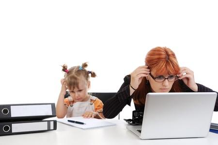 werkende moeder: Moeder en dochter op het werk. Geïsoleerd op witte achtergrond  Stockfoto