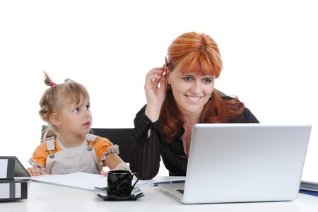 werkende moeder: meisje met haar moeder in het kantoor. Geïsoleerd op witte achtergrond  Stockfoto
