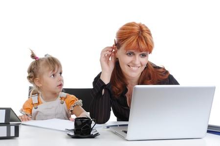 madre trabajadora: ni�a con su madre en la Oficina. Aislados en fondo blanco  Foto de archivo