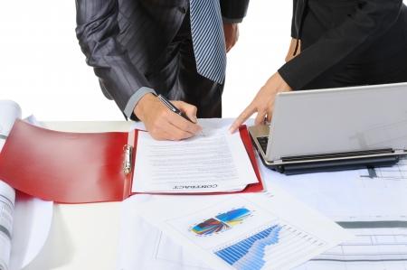 firmando: Firma a los interlocutores de documento. Aislados en fondo blanco  Foto de archivo