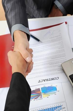 contrato de trabajo: Apret�n de manos de asociados de negocios, al firmar el contrato.