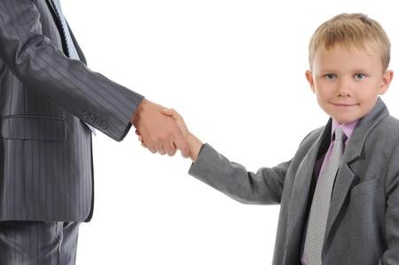 respeto: Apret�n de manos hombre y ni�o peque�o. Aislados en fondo blanco
