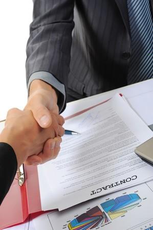 firmando: Apret�n de manos de dos socios de negocios. Aislados en fondo blanco